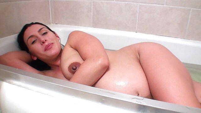 Hermosa nena checa coños muy grandes y peludos disfrutando de strapon masculino