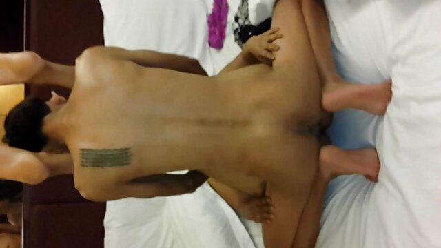 Milf tiene sexo oral con una adolescente tetona cachonda chochos marcados xxx en el sofá