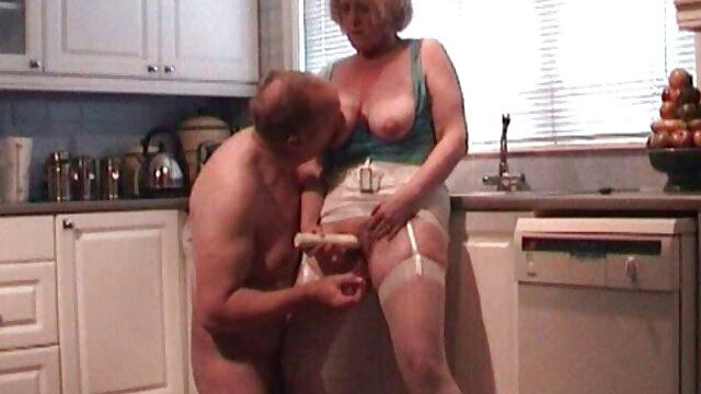 Ella lo humilla y lo usa follando coños negros como Asslicker