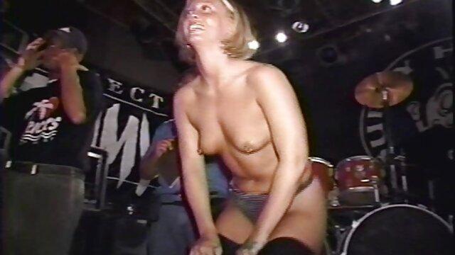Morena sexy en videos de coños carnosos tacones altos masturbándose
